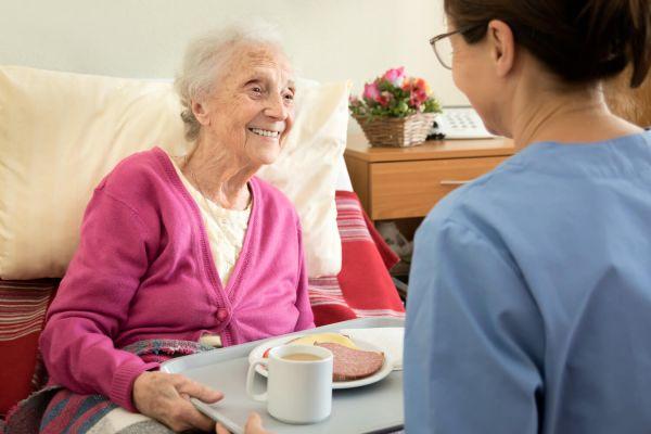 Grille indiciaire et salaire d'un aide-soignant en maison de retraite