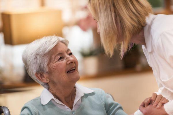 Quel rôle pour une auxiliaire de vie sociale en EHPAD,  en maison de retraite ou à domicile ?