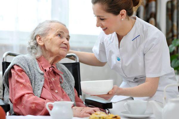 L'agent de Restauration en EHPAD : un métier indispensable pour le respect des régimes spéciaux des résidents