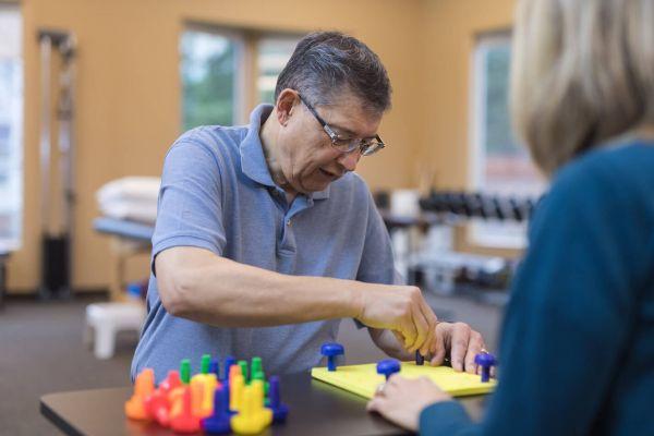 Devenir ergothérapeute à l'hôpital : un diplôme d'état est nécessaire
