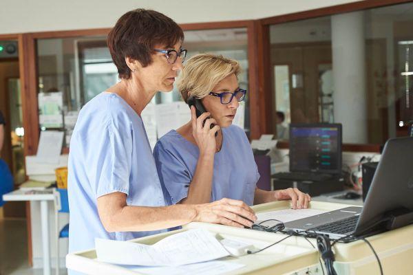 Infirmière et aide-soignante : une collaboration incontournable à l'hôpital
